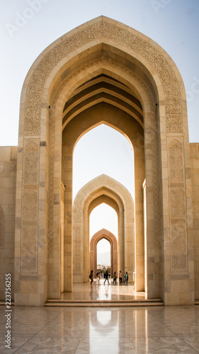 Arches at the Sultan Qaboos Grand Mosque in Muscat, Oman Fototapet
