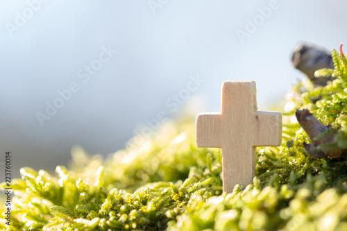 Holzkreuz im Grünen vor blauem Himmel Fototapeta
