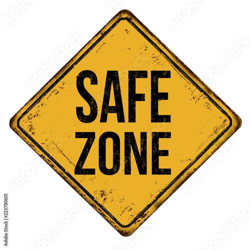 Fotografia Safe zone vintage rusty metal sign
