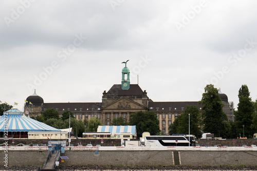 Fototapety, obrazy: blick auf ein imposantes gebäude am rhein ufer in düsseldorf deutschland  fotografiert während einer sightseeing boot tour in düsseldorf deutschland