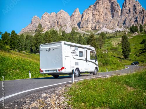 Stampa su Tela Mit dem Wohnmobil durch die Dolomiten fahren
