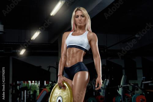 Fotografía  A young smart girl posing in the gym.