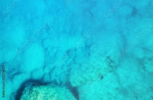 widok-z-lotu-ptaka-na-morze-turkusowa-woda-z-powietrza-jako-tlo-z-powietrza-n