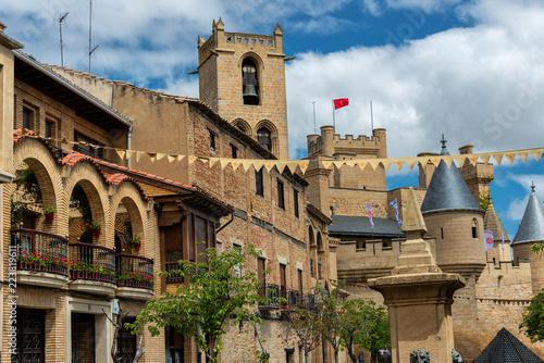 Fotografie, Obraz  Stadtlandschaft von Olite mit Blick auf den Palacio Real de Olite, Navarra Spani