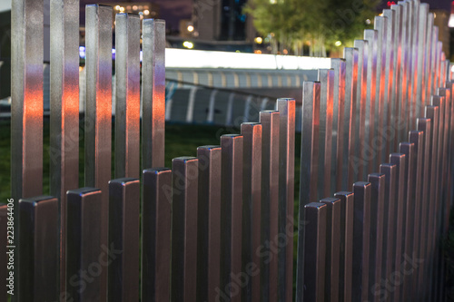 Fotografiet  The wavy wood fence near the road in the colours of car traffic lights