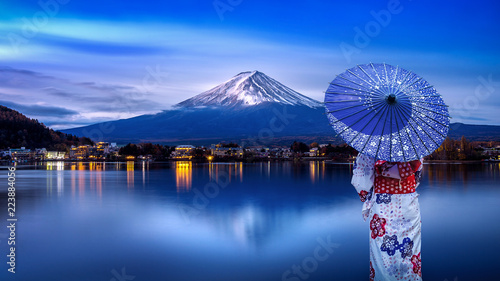 Poster Tokio Asian woman wearing japanese traditional kimono at Fuji mountain, Kawaguchiko lake in Japan.