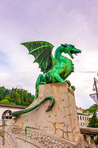 Cadres-photo bureau Dragons Dragon statue on Ljubljana bridge. Ancient dragon statue as guardian symbol of Ljubljana city, Slovenia capital.