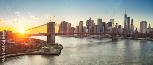 Deurstickers New York City Panoramic view of Brooklyn bridge and Manhattan at sunset, New York City