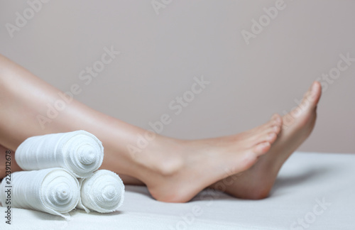 Fotografía The cosmetologist wraps the leg of the customer