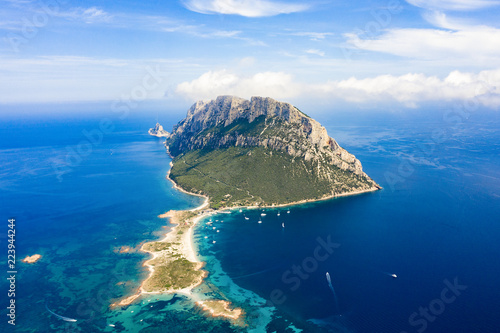 Spectacular aerial view of Tavolara's island bathed by a clear and turquoise sea, Sardinia, Italy Fototapet