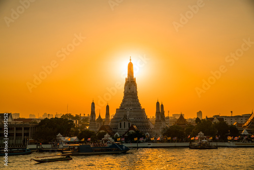 Photo  Sunset at Arun Temple or Wat Arun, locate at along the Chao Phraya river with a