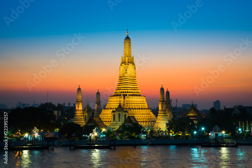 In de dag Bangkok Sunset at Arun Temple or Wat Arun, locate at along the Chao Phraya river with a colorful sky in Bangkok, Thailand