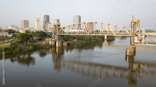 Fotografia The Arkansas River Flows by Waterfront of Little Rock the State Capitol