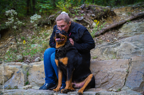 Photo  Woman Relaxing Along Hiking Path With Her Dog Friend And Guardian