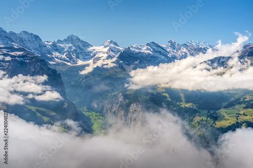 widok-z-mannlichen-w-alpach-bernenskich-berner-oberland-szwajcaria-jest-to-gora-2343-m-do-ktorej-mozna-dotrzec-z-wengen-kolejka