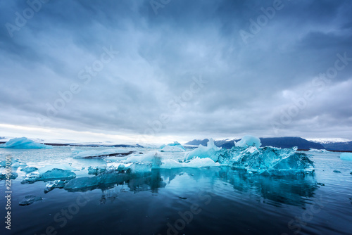Obraz na płótnie Icebergs in Jokulsarlon glacial lagoon