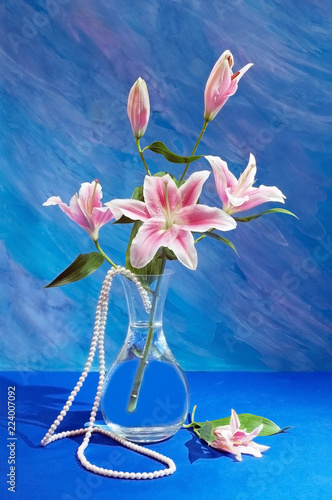 Fotografía  still life with lily flowers and pearls necklace