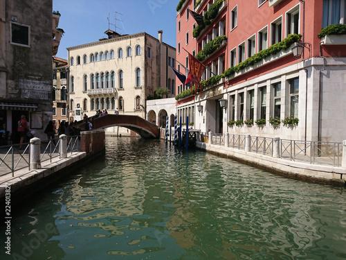 Widok na historyczną architekturę i kanał między antycznymi budynkami w Wenecja, Włochy podczas radosnych wakacji w słonecznym dniu.  - fototapety na wymiar