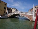 Widok na historyczną architekturę i kanał między antycznymi budynkami w Wenecja, Włochy podczas radosnych wakacji w słonecznym dniu.