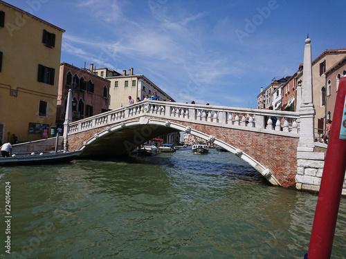 Fototapeta Widok na historyczną architekturę i kanał między antycznymi budynkami w Wenecja, Włochy podczas radosnych wakacji w słonecznym dniu.  obraz