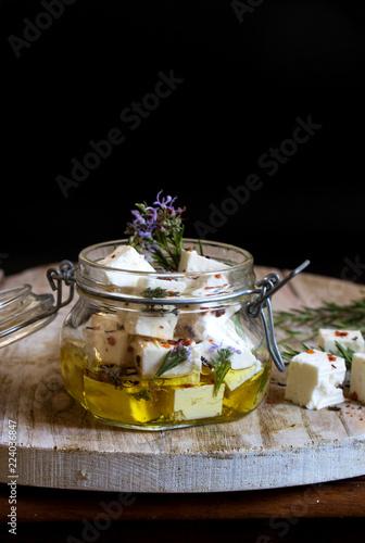 in Olivenöl eingelegter Schafskäse mit Rosmarin und roten Paprika