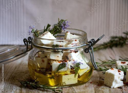 Feta, griechischer Schafskäse in Olivenöl mit Gewürzen