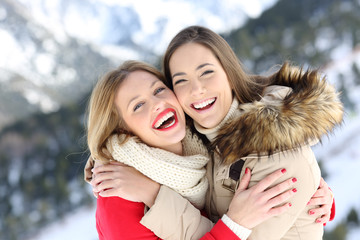 Obraz na Plexi Happy friends cuddling and posing in winter holiday