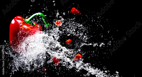 Fototapeta pepper and water splash obraz