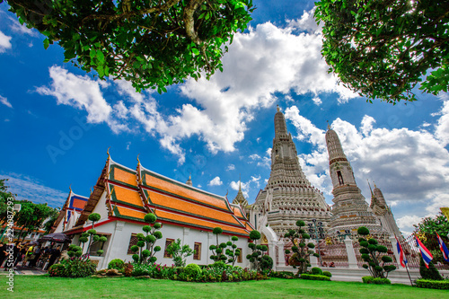 Photo  Bangkok: September 1, 2018, tourists, groups of people visit the beauty of (Wat