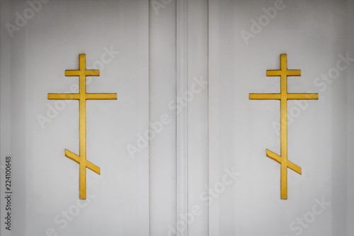 Fotografia White church doors with golden orthodox crosses. Closeup
