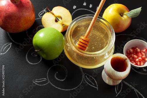 Fotografía  Pomegranate, apple and Honey for traditional holiday symbols Rosh hashanah (jewi