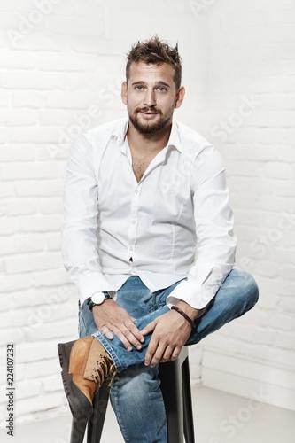 Fotografía  Portrait of handsome casual guy sitting indoor