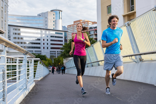 Smiling mature couple jogging Fototapete