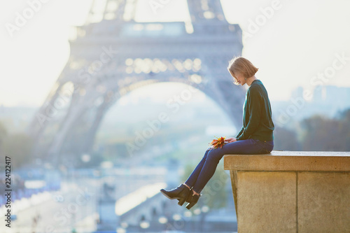 Photo  Beautiful young French woman near the Eiffel tower in Paris