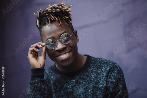 Fotografia  Stylish african american man rapper wear cool glasses