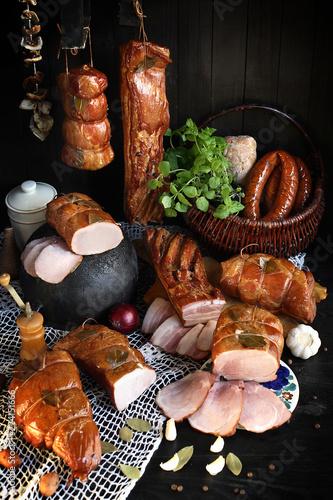 Wędzone wędliny, tradycyjny smak. Kompozycja wędlin w stylu rustykalnym