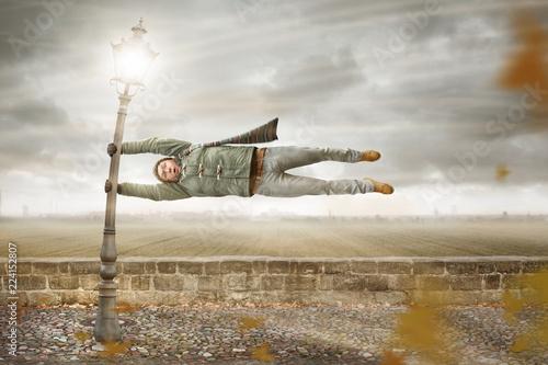 Tablou Canvas Mann in einem heftigen Herbstturm