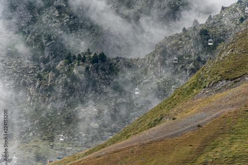Gondelbahn im Nebel