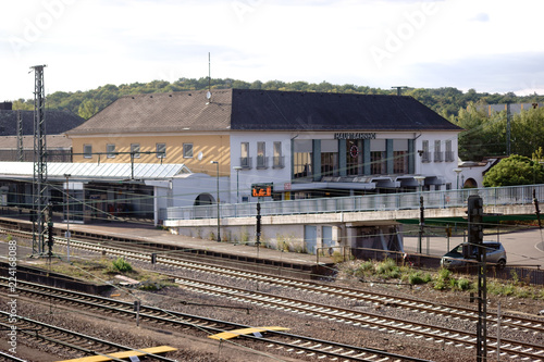 Fotobehang Treinstation Hauptbahnhof Neunkirchen / Die Schienen und das Hauptgebäude des Hauptbahnhofes Neunkirchen von einer Brücke aus gesehen..
