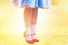 Zapatillas Rojas Mágicas Sobre Piso Amarillo