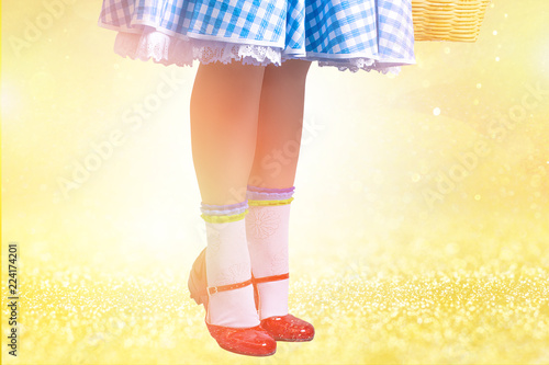 Zapatillas rojas mágicas sobre piso amarillo Fototapet