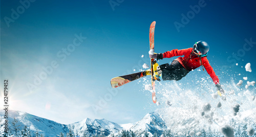 La pose en embrasure Glisse hiver Skiing. Jumping skier. Extreme winter sports.