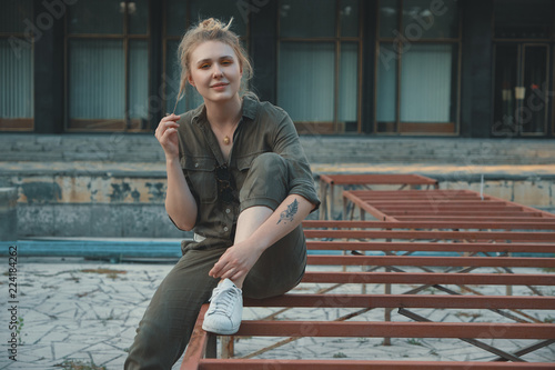 Fotomural Young modern woman posing in the city, outdoors. Urban life