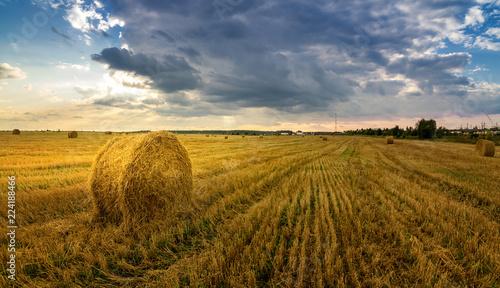 Valokuva  осенний пейзаж в поле с сеном вечером, Россия, Урал