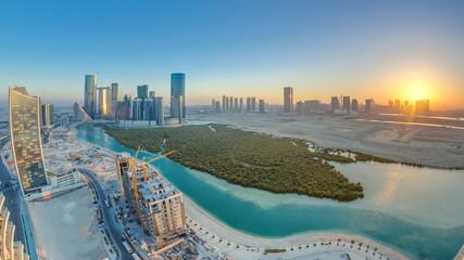 Zgrade na otoku Al Reem u Abu Dhabiju u vremenu zalaska sunca odozgo.