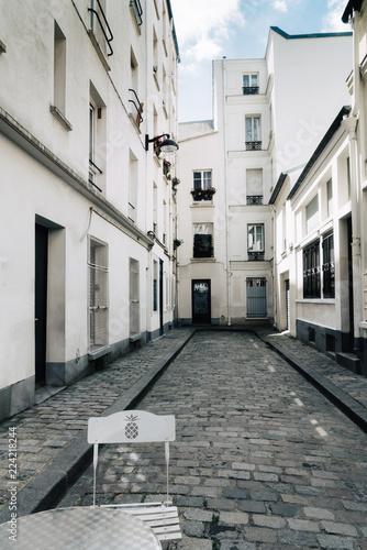 Rue pavée et immeuble blanc Montmartre, Paris