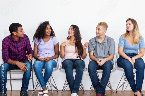 Jugendliche im Wartezimmer im Gespräch