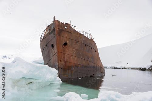 Tuinposter Antarctica Old rusty wreck in Antarctica