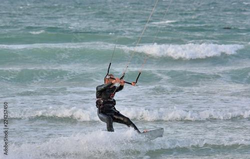 Pratique du kitesurf sur les vagues de Bretagne