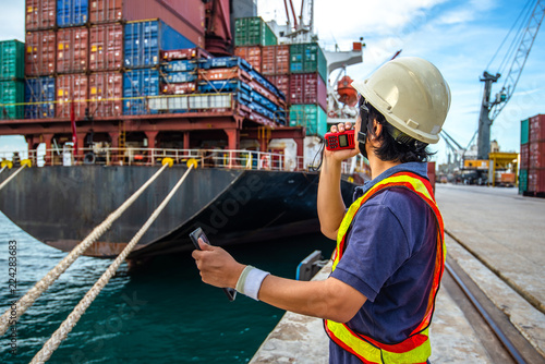 Fotografía  loading master, harbor controller in charge of containers shipment in port termi